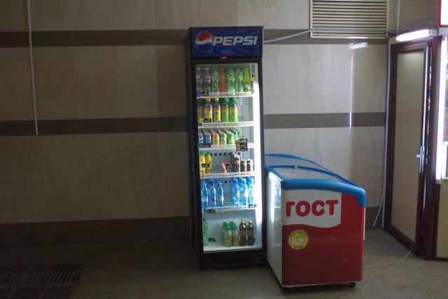 Холодильник с напитками и холодильник с мороженным
