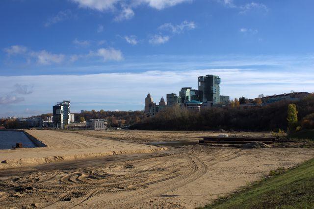 замки, трава, песок и грязь на берегу