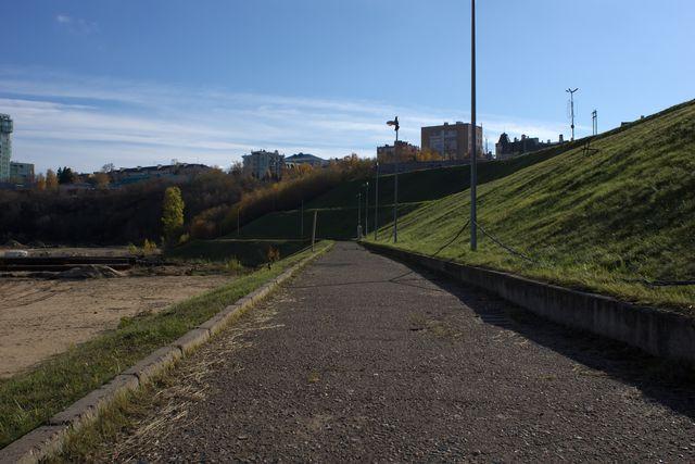 Асфальтированная дорожка на горе с травой