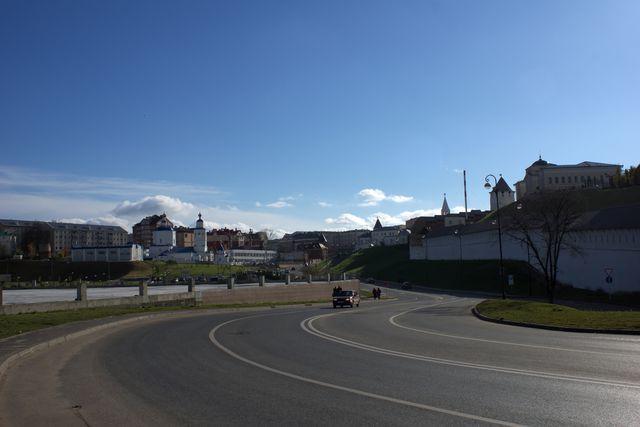Изогнутая дорога, церковь, стена кремля