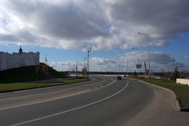 Изогнутая дорога налево, небо и облака