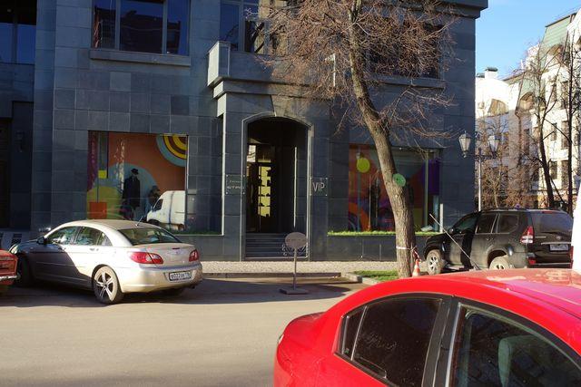 Припарокованые машины в безлюдной улюце в центре города