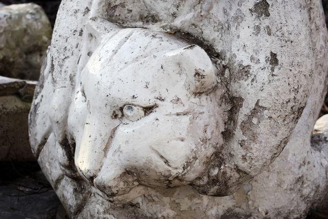 Статуя. Душат льва