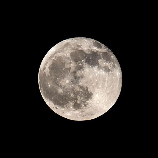Луна    Луна в середине апреля. Казань.