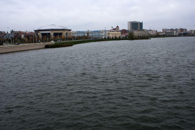 Вода и несколько зданий