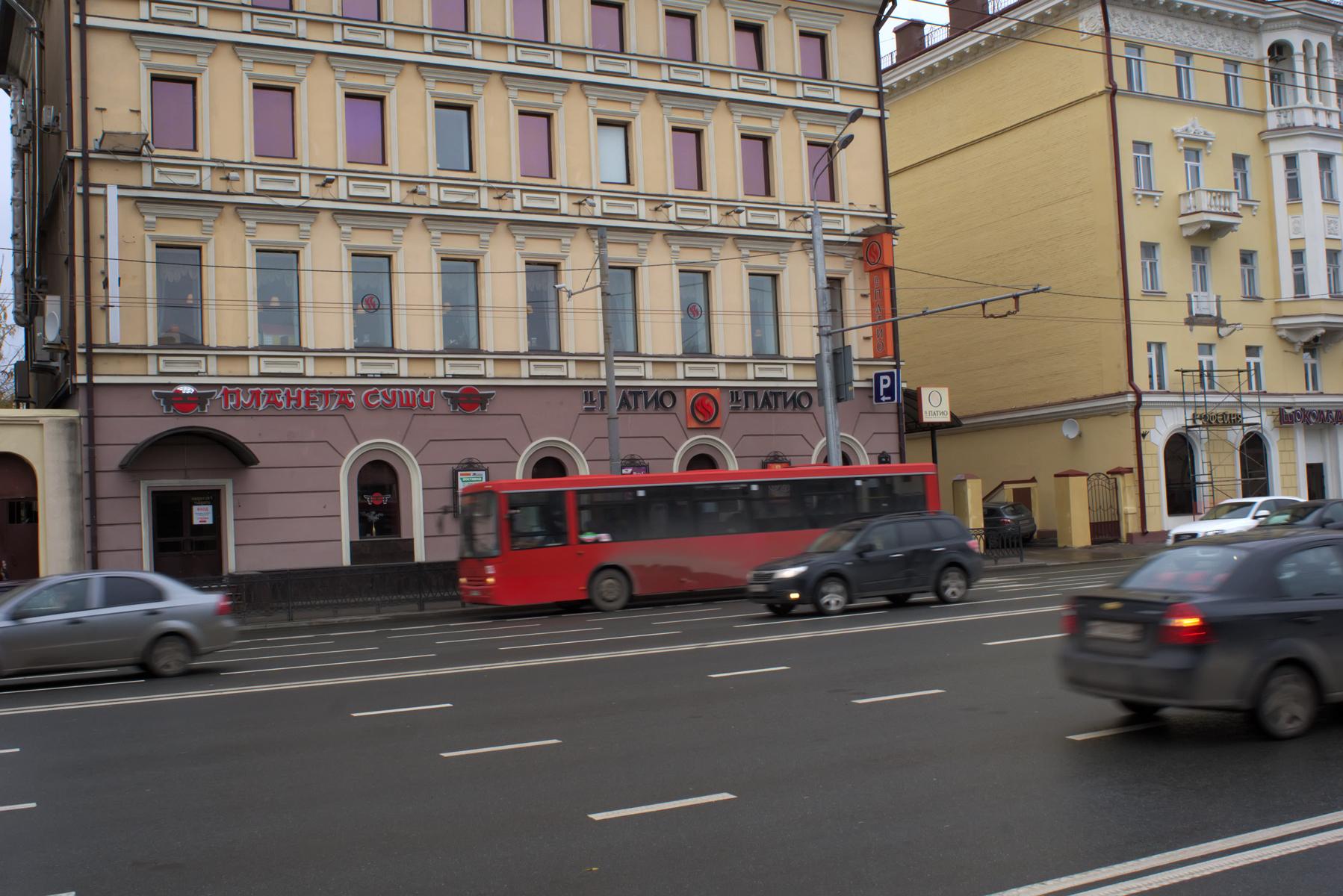 Движение в городе. Красный автобус